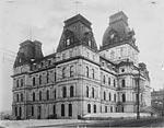 Conçu par les architectes Henri-Maurice Perrault et Alexander C. Hutchison, l'hôtel de ville de Montréal est inauguré le 11 mars 1878. Un incendie détruit le bâtiment en mars 1922