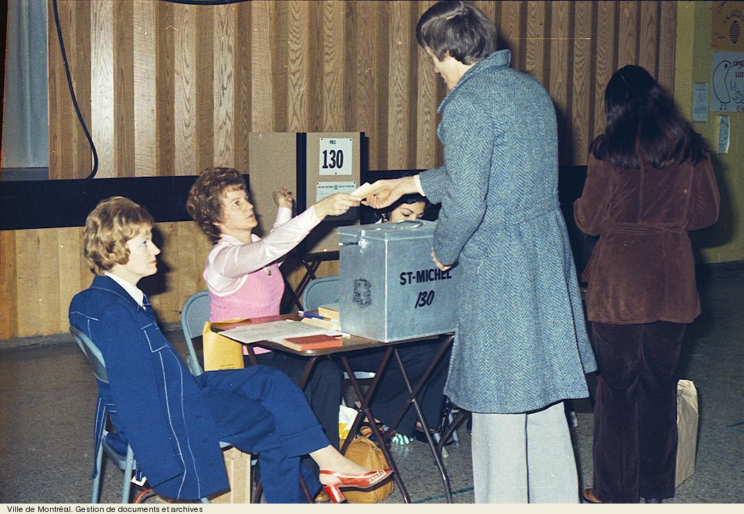 Citoyens exerçant leur droit de vote le 10 novembre 1974. VM94,U1338-8