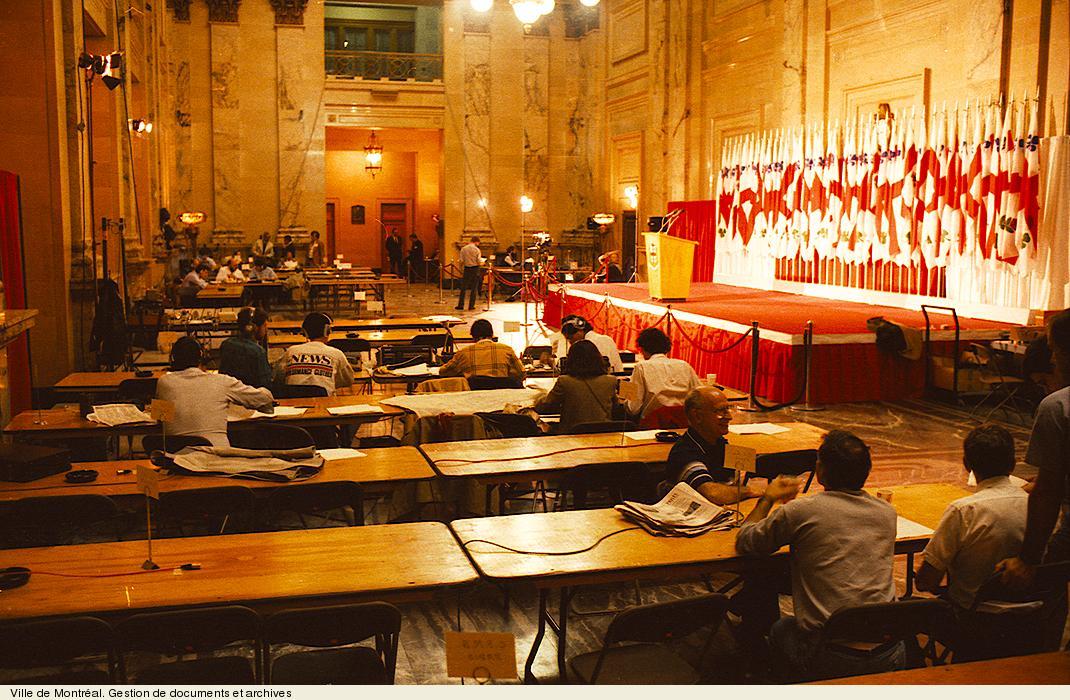 Journée d'élections dans le hall d'honneur de l'hôtel de ville en 1986. VM94,U4158-4