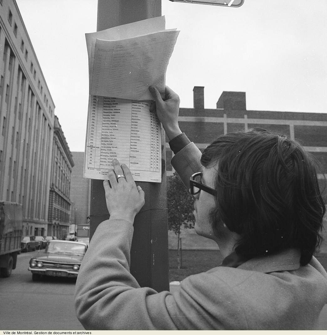 Affichage public des listes électorales par quartier, photo Philippe Dumais, 1970. VM94,U928-2-6