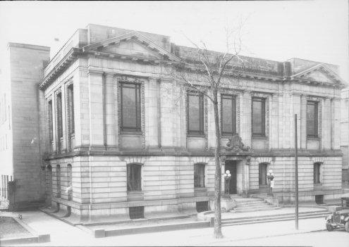 Photographie de la bibliothèque Saint-Sulpice (aujourd'hui la Bibliothèque nationale du Québec - 1700, rue Saint-Denis), inaugurée en 1915 et fermée en 1931. Source: Ville de Montréal. Gestion des documents et archives.